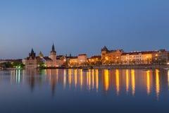 Sceniczny lato wieczór widok Stara Grodzka antyczna architektura Vltava rzeczny molo w Praga i, republika czech Zdjęcie Stock