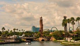 Sceniczny lato zmierzchu widok miasto spaceru molo, z palm, samolotu, łodzi i przygody wyspy lighthou, fotografia stock