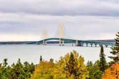 Sceniczny Mackinac most strzelał od Świątobliwego Ignace podczas zmierzchu obraz stock