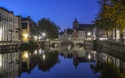 Sceniczny miasto widok Bruges kanał przy nocą obrazy stock