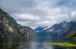 Sceniczny Norwegia fjord krajobraz i kajak na wodzie Eidfjord Obrazy Stock