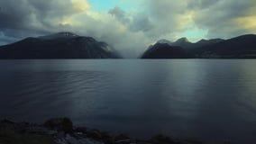Sceniczny Norwegia Fjord krajobraz z Trochę Typowy popołudnie deszcz zbiory wideo