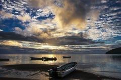 Sceniczny oceanu zmierzch na Fiji wyspach z małymi łódkami w foregrou Obraz Stock