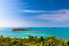 Sceniczny odgórny widok na tropikalnych wyspach i zielonej drzewko palmowe dżungli od Koh Chang Zdjęcie Stock