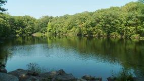 Sceniczny odosobniony jezioro (4 5) zbiory
