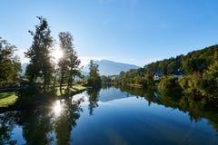 Sceniczny pocztówka krajobraz z jeziornym Traun, lasem i górami przy rankiem w Austriackich Alps, Piękny widok w jesieni zdjęcia royalty free