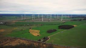Sceniczny powietrzny panoramiczny widok wielkiego wiatraczek turbiny gospodarstwa rolnego wywołująca władza w jesieni polu, życzl zbiory wideo