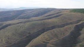 Sceniczny pustynia krajobrazu widok z niewygładzonymi halnymi graniami i dolinami pod szarym niebem strzał Przygody podróż, turys zdjęcie wideo