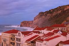 Sceniczny ranku krajobrazu widok burza w Atlantyckim oceanie blisko Nazare Du?e fal przerwy o malowniczej falezie nazare Portugal zdjęcie royalty free