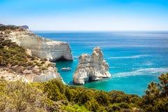 Sceniczny seascape widok Kleftiko skalista linia brzegowa na Milos wyspie zdjęcia stock