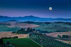 Sceniczny Tuscany krajobraz w blasku księżyca przy świtem, Val d'Orcia, Włochy zdjęcie stock