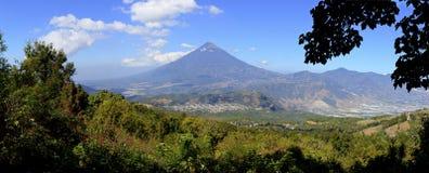 Sceniczny widok Agua wulkan jak widzieć od skłonów Pacaya wulkan Zdjęcie Stock