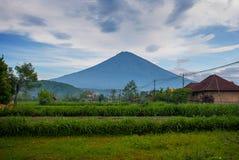 Sceniczny widok Amed zatoka w Bali z wulkan górą Agung w tle Zdjęcie Royalty Free