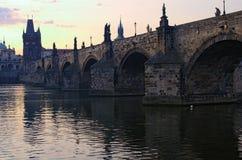 Sceniczny widok antyczny Charles most nad Vltava rzeką podczas lato wschodu słońca Zakończenie fotografia fotografia stock