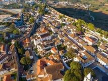 Sceniczny widok biel mieści czerwonych kafelkowych dachy i kasztel od ściany forteca, obidos Portugal wioska zdjęcia stock