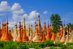 Sceniczny widok colorufl pagody w Indein wiosce, Inle jezioro Fotografia Royalty Free