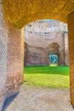 Sceniczny widok dalej rujnuje antycznych rzymskich skąpania Caracalla przy słonecznym dniem (Thermae Antoninianae) Zdjęcia Royalty Free