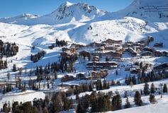 Sceniczny widok duża wysokość ośrodka narciarskiego belle Plagne w Francuskich Savoy Alps na pięknym słonecznym dniu obrazy royalty free