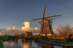 Sceniczny widok holenderski wiatraczek w wieczór świetle fotografia royalty free