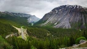Sceniczny widok Icefields Parkway i chmury pierzastej góra w Banff parku narodowym Obraz Royalty Free