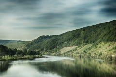 Sceniczny widok jeziora i wina winogrona pola Obrazy Stock
