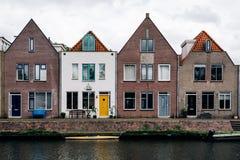 Sceniczny widok kanału i rzędu domy w holandiach obraz stock