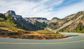 Sceniczny widok krzywa i skłon asfaltowa droga na górze na t Zdjęcia Royalty Free