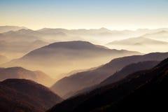 Sceniczny widok mgliści jesieni wzgórza, góry w Sistani i fotografia royalty free