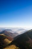 Sceniczny widok mgliści jesieni wzgórza i góry, Sistani zdjęcie royalty free