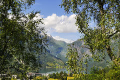 Sceniczny widok na jeziorze i górach Zdjęcie Royalty Free