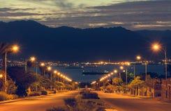 Sceniczny widok na Jordańskich górach i zakotwiczających statkach przy zatoką Aqaba zdjęcie stock