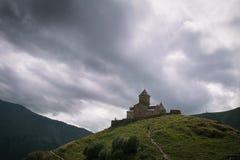 Sceniczny widok na kościół na zielonym wzgórzu z małą wiejską drogą Zdjęcie Stock