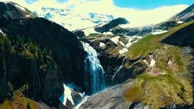 Sceniczny widok nad rzeką z białą wodą i odległą górą z wysoką siklawą Widok z wierzchu siklawy i obrazy royalty free