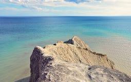 Sceniczny widok nad skałami morze Zdjęcia Royalty Free