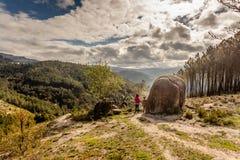 Sceniczny widok nastolatka dopatrywanie przy zmierzch g?rami, Peneda-Geres park narodowy, p??nocny Portugalia obraz stock