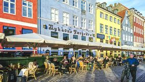 Sceniczny widok Nyhavn molo z barwionymi budynkami zdjęcie stock