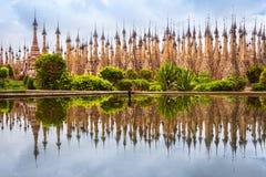 Sceniczny widok pagody w Kakku z wodnym odbiciem, Myanmar zdjęcie stock