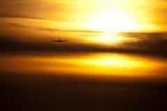 Płaski latanie przy zmierzchem obrazy royalty free