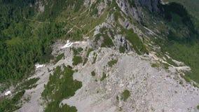 Sceniczny widok piękny krajobraz w Alps, malownicza natura Włochy, Tarvisio Powietrzny trute? panoramy widok zbiory wideo