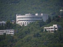 Sceniczny widok piękny kurenda budynek stary sanatoryjny kompleks w cieniu wysocy zieleni drzewa obraz stock