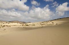 Sceniczny widok pustynia z chmurami w niebieskim niebie obraz stock