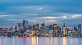 Sceniczny widok Seattle pejzaż miejski w nighttime z odbiciem woda, Seattle, Waszyngton, usa Obrazy Royalty Free