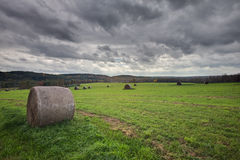 Sceniczny widok siano bele w wsi polu Obrazy Stock