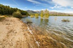 Sceniczny widok spokojny jezioro w Navacerrada wiosce, Madryt, Hiszpania Zdjęcia Stock