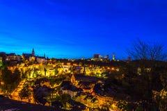 Sceniczny widok stara część Luksemburg miasto, Grund, przy nocą zdjęcie royalty free