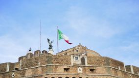 Sceniczny widok stary historyczny budynek w Włochy z flagą trzepocze w wiatru, architektury i wakacje pojęciu, zbiory wideo