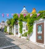 Sceniczny widok w Alberobello sławna Trulli wioska w Apulia, południowy Włochy Obrazy Royalty Free