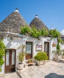 Sceniczny widok w Alberobello sławna Trulli wioska w Apulia, południowy Włochy Fotografia Royalty Free