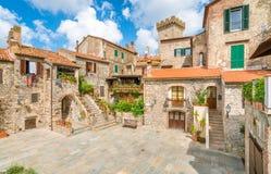 Sceniczny widok w Capalbio, malownicza wioska na prowincji Grosseto włochy Toskanii fotografia royalty free
