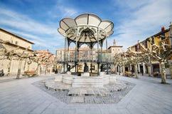 Sceniczny widok Ważny kwadrat przy półmrokiem w antycznym mieście Briviesca na Marzec 7, 2014 w Burgos prowinci, Hiszpania fotografia stock